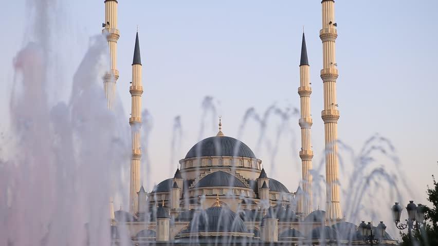 Grozny The heart of Chechnya. View through the fountain. Refocus. The main mosque in the city. Chechnya Akhmat Kadyrov. Kadyrov Ramzan Akhmatovich