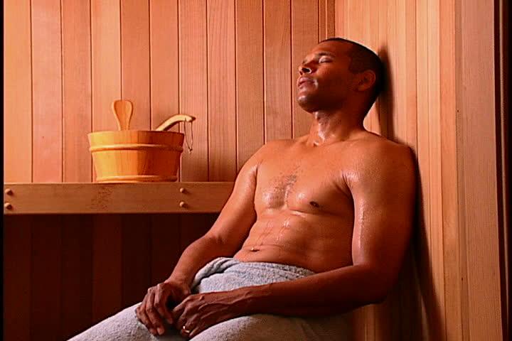 golih-muzhchin-v-saune