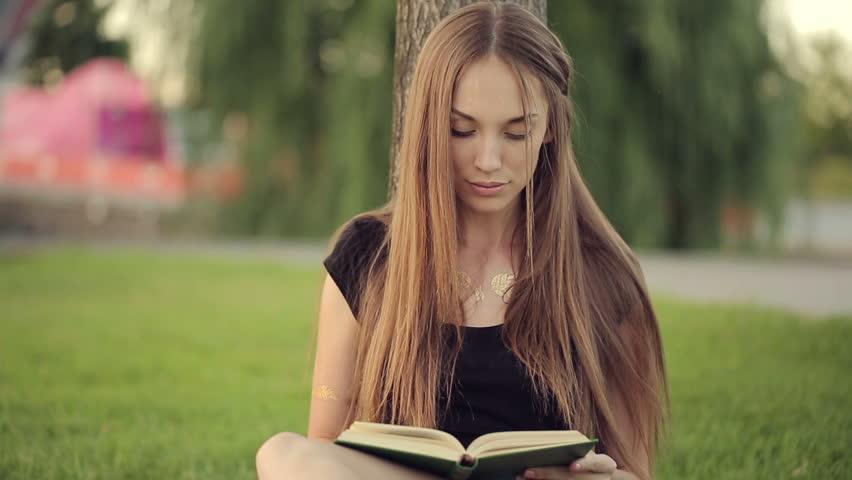 Αποτέλεσμα εικόνας για pretty woman reading a book