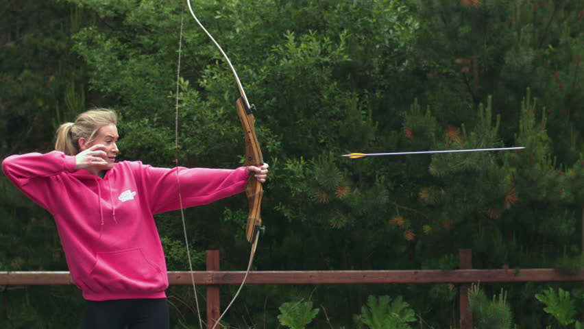 Blonde girl shooting bow — photo 3