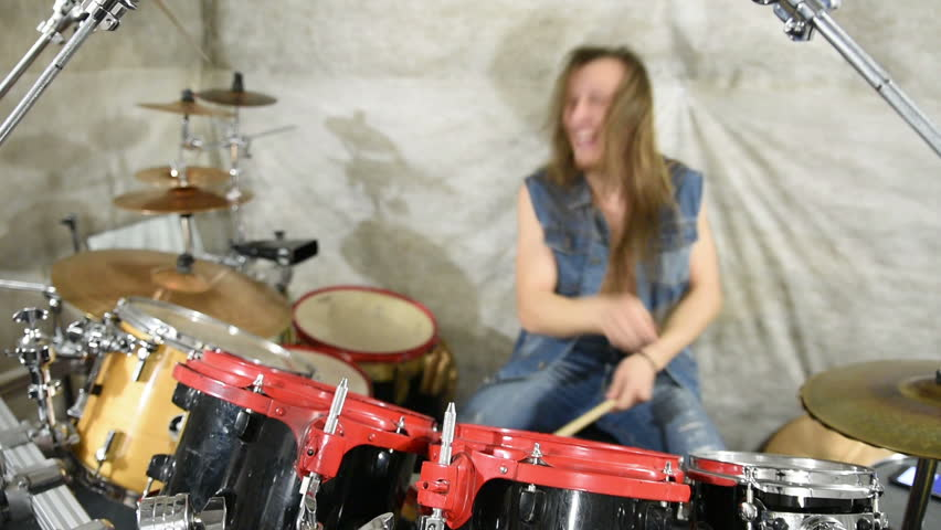 naked-babe-playing-drums