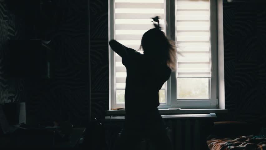Видео где девушка танцует перед окном 12