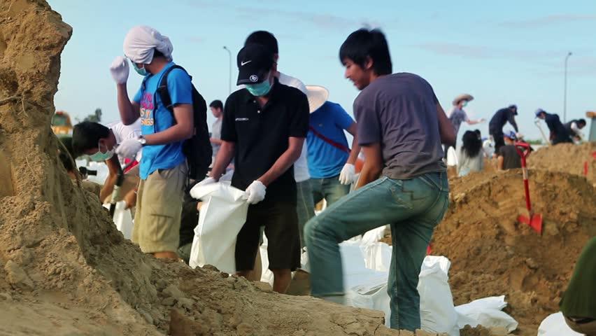 BANGKOK - 2 NOVEMBER 2011: Volunteers help to stop the flood.