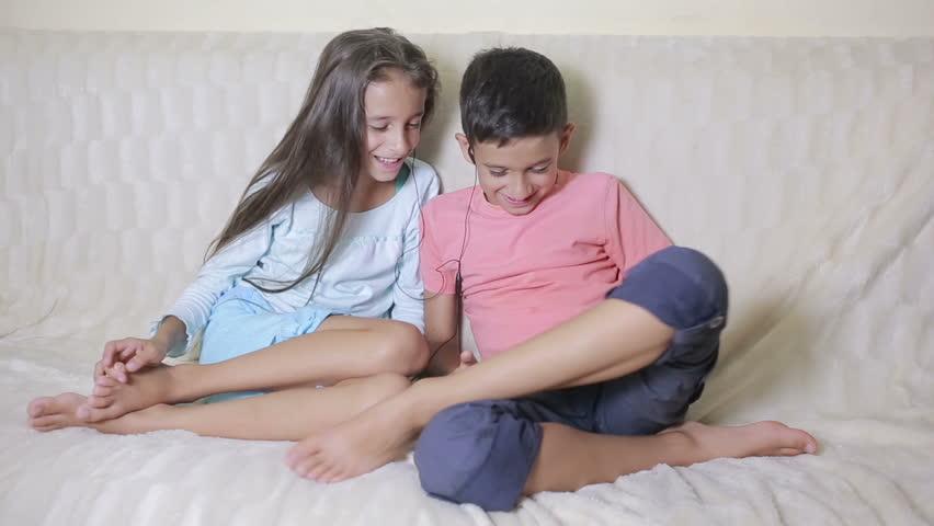 с развлекаються как сестрой брат смотрет