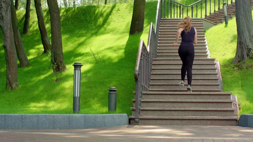 Об этом говорит сон, в котором вы увидели последовательный подъем и спуск по лестнице.