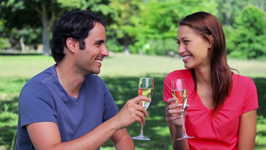 Pareja romántica haciendo videos de amor