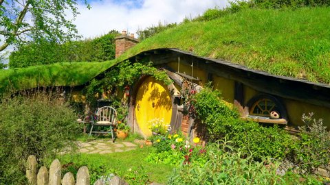 Hobbiton, New Zealand, Oktober 21, 2016: Hobbit house at Hobbiton movie set in New Zealand