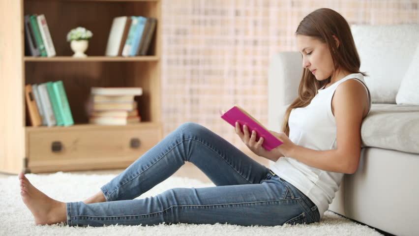 Αποτέλεσμα εικόνας για beautiful girl reading book