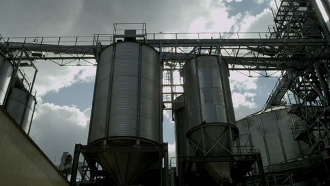 Tanks for the storage of grain granary with lots of flare
