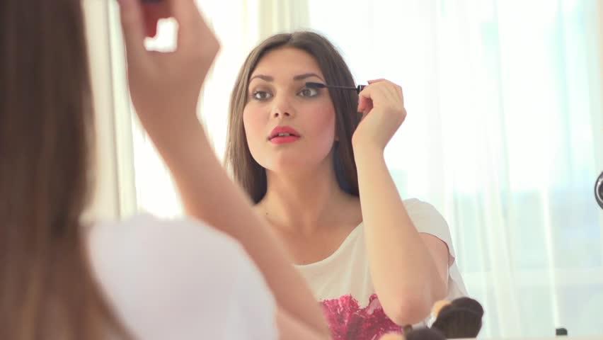 Resultado de imagem para girl doing makeup