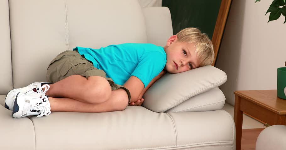 диванчике мальчики фото на