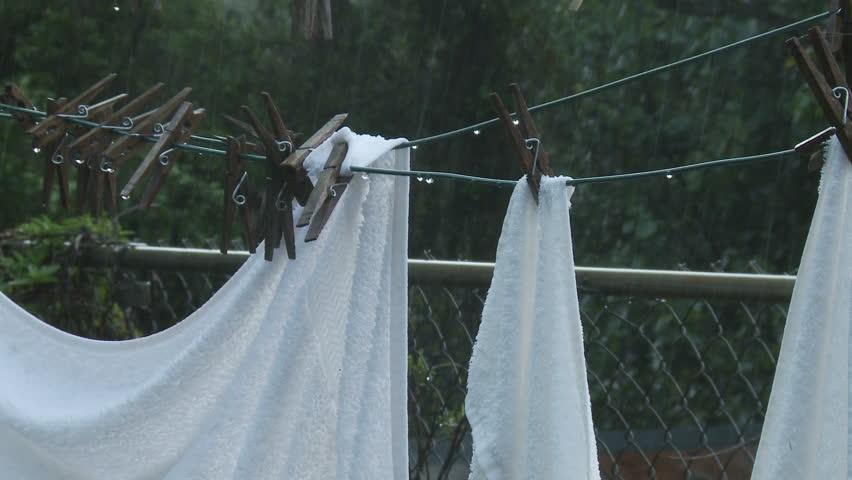 """Resultat d'imatges per a """"ropa mojada tendida por la lluvia"""""""